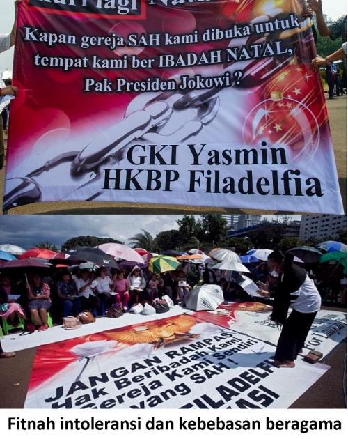 Jemaat Gereja GKI Yasmin Bogor dan HKBP Filadelfia Bekasi membawa banner aksi saat menggelar peribadatan di depan Istana Merdeka, Jakarta, Minggu (26/10)